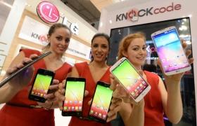 세명의 외국인 모델이 (오른쪽부터) G프로2, G2 미니, L90, L70, L40,G플렉스와 함께 포즈를 취하고 있다.