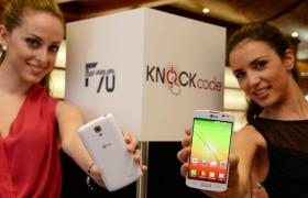 모델이 MWC 2014에서 보급형 LTE 스마트폰 'F시리즈' 신제품을 들고 포즈를 취하고 있다.