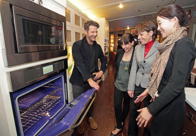 프리미엄 주방가전 패키지 'LG 스튜디오'와 손잡은 디자이너 '네이트 버커스'(맨왼쪽)가 현지시간 4일 저녁 미국 라스베이거스에서 열린 KBIS/IBS 전시회의 LG전자 전시공간에서 관람객들에게 디자인 트렌드를 설명하고 있다.