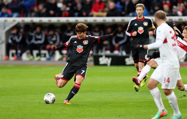 레버쿠젠 손흥민 선수가 독일 어린이심장재단 재단의 로고가 새겨진 셔츠를 입고 경기에 임하고 있다.