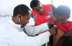 에티오피아 현지 의료진이 주민에게 무료검진 및 보건의료교육을 제공하는 모습