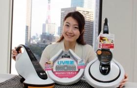 모델이 일본을 시작으로 중국 등 해외시장으로 확대 출시할 무선 침구청소기 '침구킹'과 포즈를 취하고 있다.