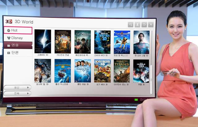 모델이 LG전자 스마트TV 3D 콘텐츠 장터인 '3D 월드에서 영화 목록을 보고 있다.