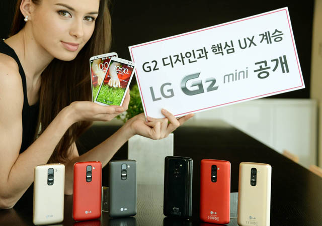 모델이 MWC 2014에서 공개할 'LG G2 미니'와 함께 포즈를 취하고 있다