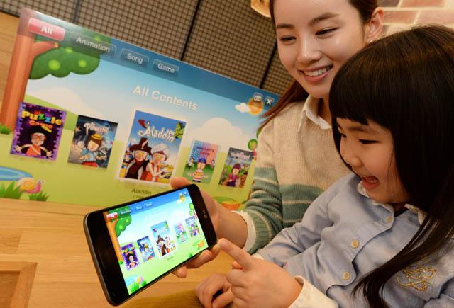 모델이 아이와 함께 G2로 아바타북을 즐기고 있다.