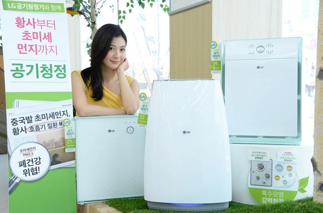 서울시 마포구 동교동 소재 LG 베스트샵 동교점 매장에서 모델이 LG 공기청정기를 소개하고 있다