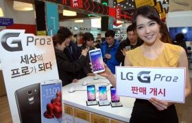 서울 명동 컨시어지 매장에서 모델이 'LG G프로2'를 들고 포즈를 취하고 있다.