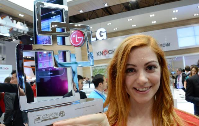 MWC 2014 현장에서 모델이 Global Mobile Awards 2014 상패를 들고 포즈를 취하고 있다.