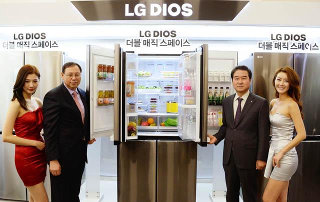 LG전자 HA사업본부장 조성진 사장(왼쪽에서 두번째), 한국영업본부장 최상규 부사장(오른쪽에서 두번째)