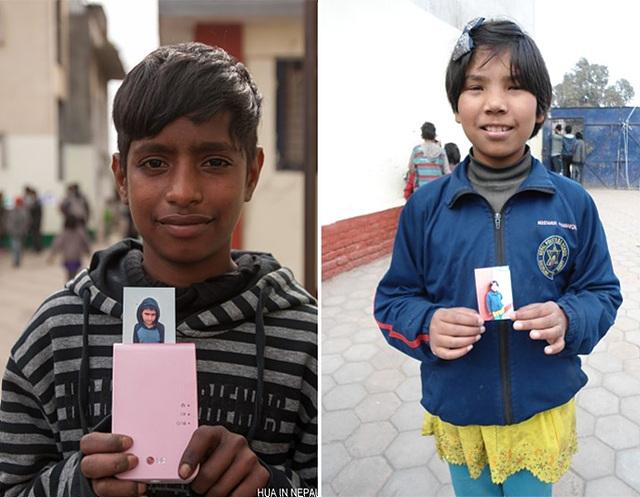 왼쪽은 네팔의 남학생이 사진이 나오고 있는 포켓포토를 양손에 쥐고 카메라 렌즈를 보는 사진이고, 왼쪽은 네팔 여학생이 포켓포토로 뽑은 사진을 양손으로 들고 카메라 렌즈를 보는 사진이다.