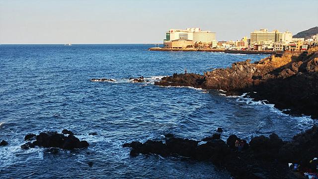 용두암 앞바다에 잔잔한 파도가 치는 것을 찍은 사진이다.