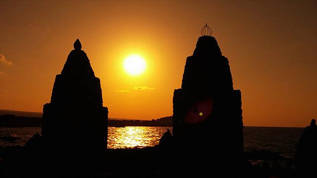 북제주의 노을을 찍은 것으로 두 개의 작은 탑 사이에 떠오른 해가 인상적이다.