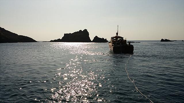 잠수함 투어를 하기 전 찍은 바다의 모습으로 빛을 받아 바다가 반짝반짝 빛나고 있다.
