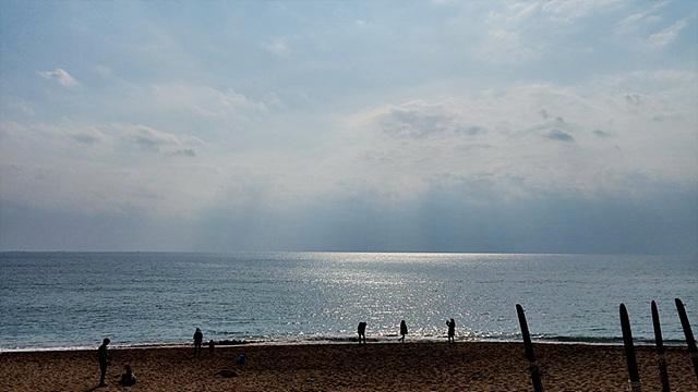 구름 사이로 햇살이 내려앉은 바다의 모습이다.