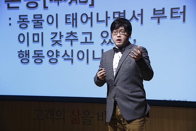 첫번째 강연자인 신인철 과장이 정장을 입고 열성적으로 강의를 펼치고 있다.