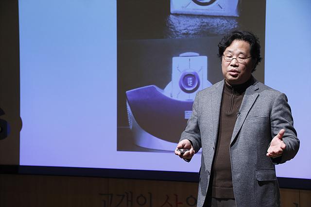 LG전자 디자인 경영센터의 차강희 상무가 열성적으로 강의를 하고 있다.