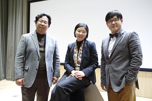 세 명의 강연자가 함께 찍은 사진이다.