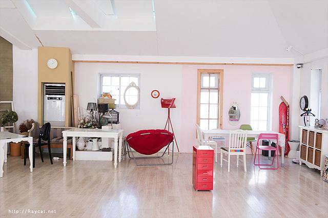 경기도 파주에 마련된 오늘의 광고 촬영장 모습이다. 흰색에 테이블에 빨간색 의자, 분홍색 의자 등으로 상큼 발랄한 느낌이다.