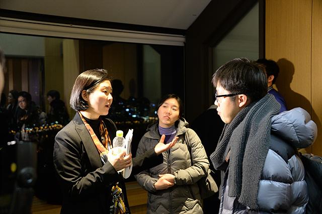강연자와 청중이 함께 대화를 나누고 있는 모습이다.