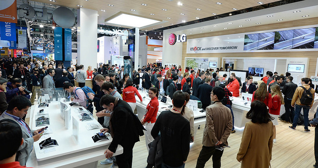 'World Best Mobile Company'들이 주로 모여 있는 3번 홀에 LG전자 부스에 많은 사람들이 모여있다.