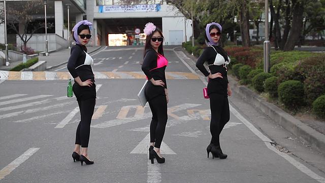 비키니를 까만 쫄쫄이 위에 입고 까만 썬글라스를 쓴 여대생 3명의 모습