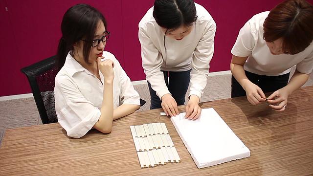 샤프심을 스티로폼에 꼽고있는 여대생들의 모습