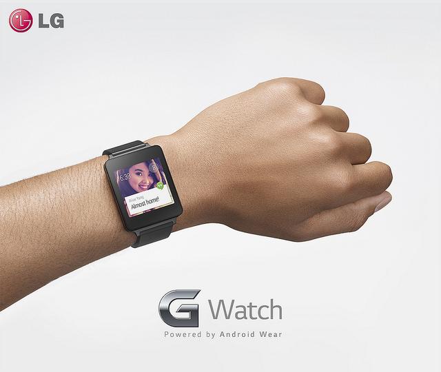 G워치를 손목에 착용하고 있는 광고 이미지