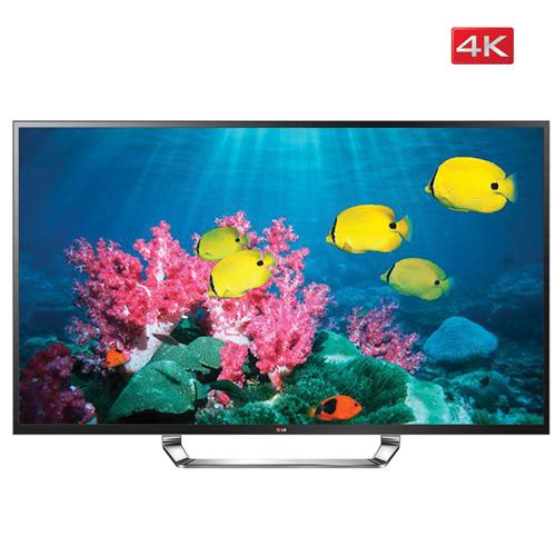 TV 화면안에 바닷속 핑크색 산호초와 노란 물고기 들이 헤엄치는 모습이 보인다
