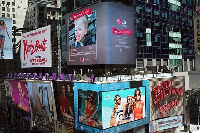 """타임스퀘어 전광판에 """"엄마들의 나만의 고백""""이 노출되고 있는 두번째모습이다"""