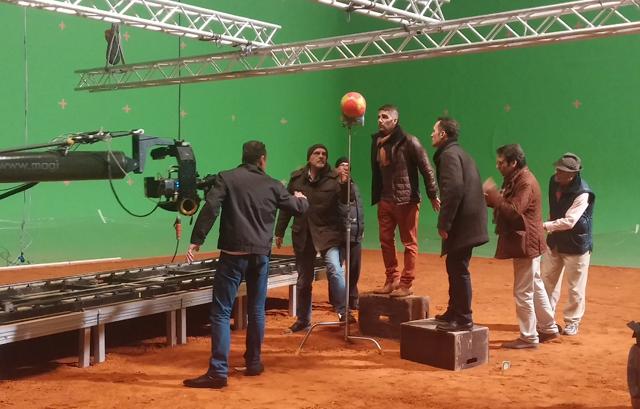 촬영장의 모습, 스태프들이 공하나를 사이에 두고 앵글에 관해 논의하고 있다