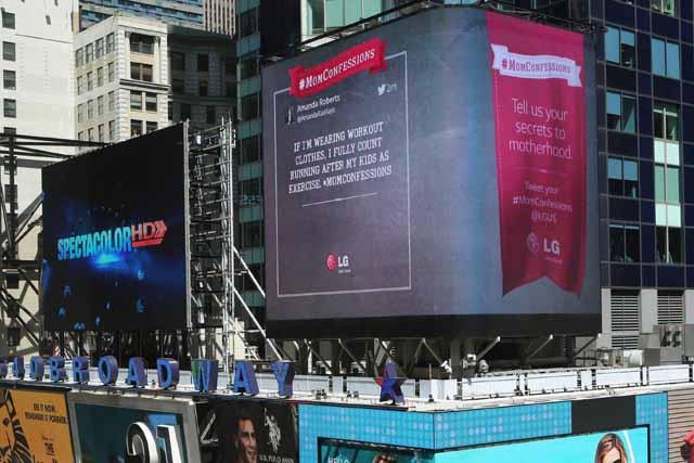 LG전자는 SNS를 통해 접수한 어머니들의 사연을 타임스스퀘어 전광판에 상영하고 있습니다.