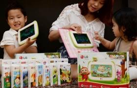 서울 여의도 LG트윈타워에서 엄마와 두 아이가 '키즈패드 2'를 사용해 보고 있습니다.