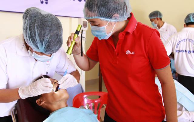 26일 캄보디아의 '끄럴라인(Kror Lanh)' 지역에서 현지 주민을 대상으로 무료 진료를 하는 모습입니다.