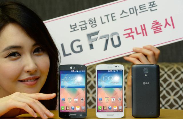 LG전자 모델이 21일 3개 통신사에 동시 출시하는 'LG F70'와 함께 포즈를 취하고 있습니다.