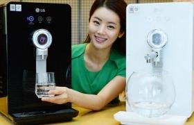 LG전자 모델이 '순간 냉수' 직수형 정수기 제품을 소개하고 있습니다.