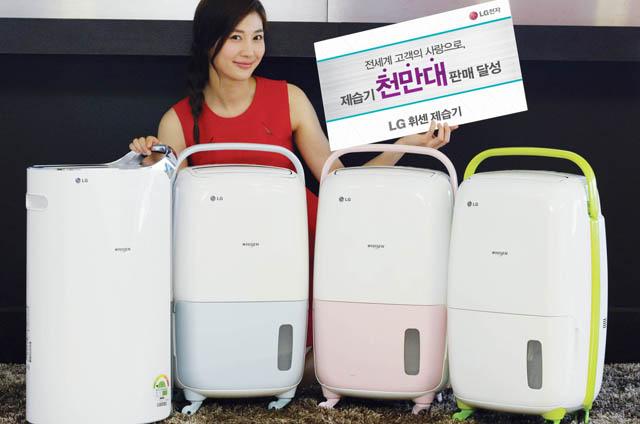 모델이 LG 제습기 글로벌 천만대 판매를 기념해 올해 출시한 휘센 제습기 제품들과 함께 포즈를 취하고 있습니다.