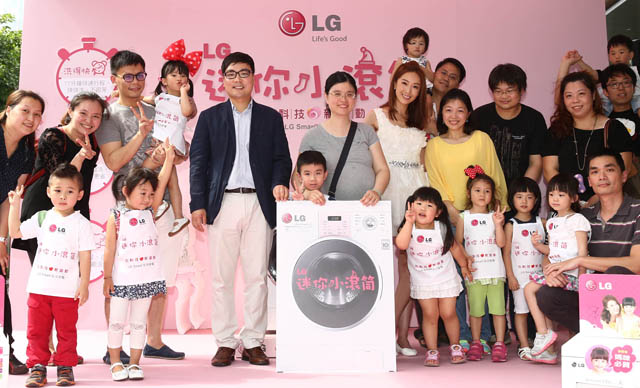 대만 수도인 타이베이市 'ATT FOR FUN' 쇼핑몰 광장에서 어린이와 가족들이 참여하는 LG '꼬망스' 세탁기 체험 행사를 열었습니다.