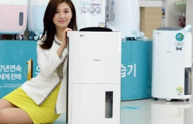 LG전자 모델이 17리터 휘센 제습기 신제품을 소개하고 있습니다.