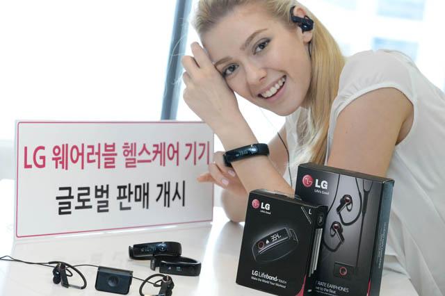 LG전자 모델이 웨어러블 헬스케어 기기인 'LG 라이프밴드 터치(Lifeband Touch)'와 '심박 이어폰(Heart Rate Earphones)을 소개하고 있습니다.
