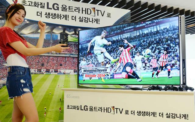 모델이 LG울트라HD TV(65UB9800)와 함께 포즈를 취하고 있습니다.