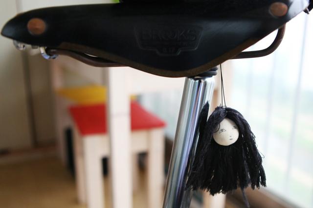 머리만 있는 처녀 귀신인형을 자전거에 장착한 모습