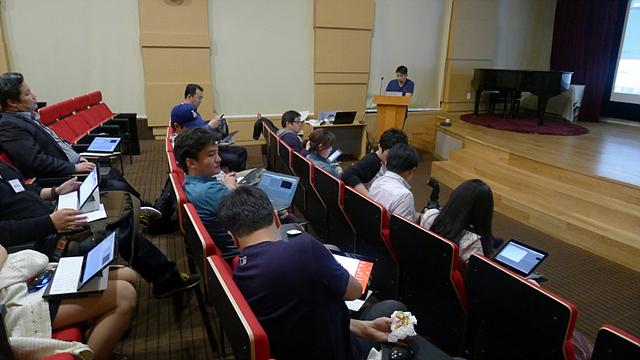 LG 트윈타워에서 더블로거와 유투브 파워유저 '시아시아'가 영상 제작 클래스를 진행하는 모습이다