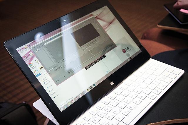 '14년형 LG 탭북'으로 스마트폰으로 촬영한 짧은 영상을 편집하는 모습이다