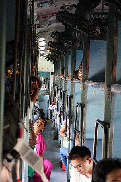 인도의 열차 안 내부 모습. 2층으로 되어 있어 사람이 꽉 차있다.