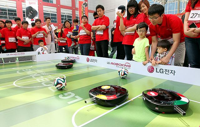 로보킹 축구에 참여하고 있는 사람들과 로보킹의 모습