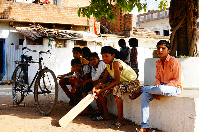 나무 그늘 아래 앉아있는 인도의 아이들
