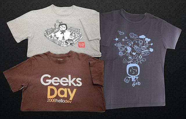 회사에서 만든 회색, 갈색, 남색 컬러의 티셔츠