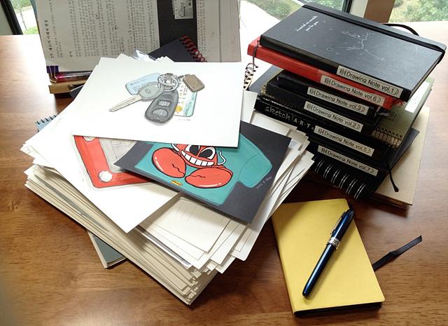 지난 3년간 그린 그림들이 테이블위에 여러 권의 노트로 놓여져 있다