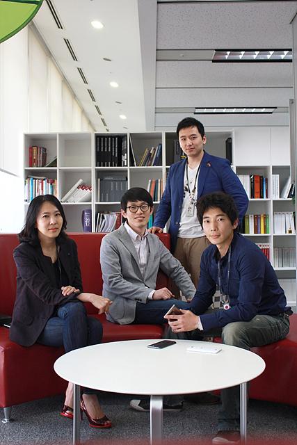 (왼쪽부터) 최사림 책임, 최규봉 연구원, 최은석 주임, 김준형 선임이 소파에 앉아 있다