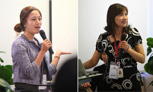 자기소개를 발표하는 커뮤니케이터 4기의 모습. 마이크를 든 채 일어나 얘기하는 두 명의 여성.
